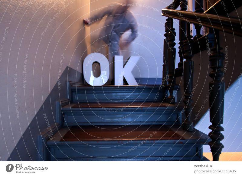OK (7) Mensch Mann Haus Wand Textfreiraum Häusliches Leben Treppe Geländer Wohnhaus Maske Treppenhaus Treppengeländer Theaterschauspiel aufwärts Kostüm