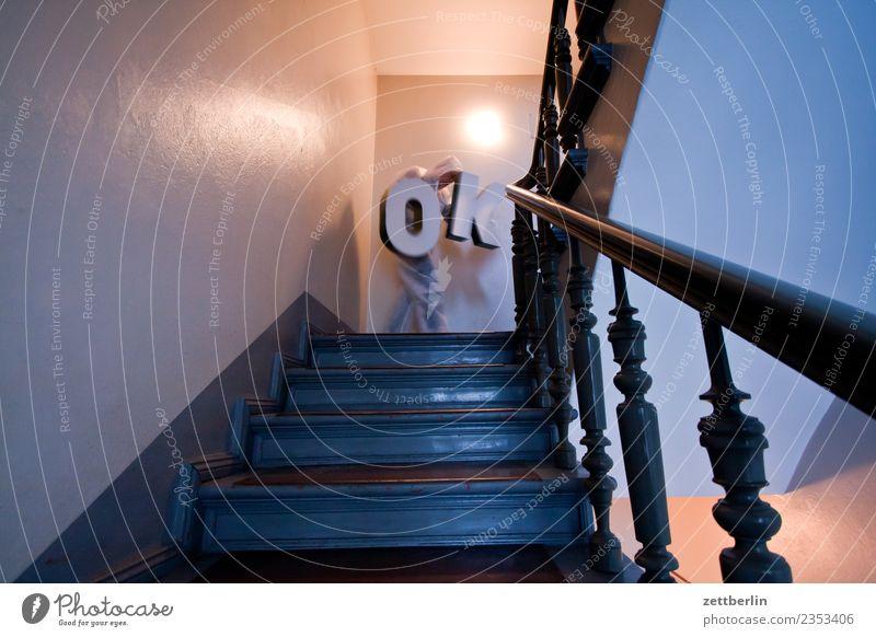 OK (6) Treppenabsatz Abstieg abwärts aufsteigen aufwärts fenster Geländer Treppengeländer Haus Mann Mehrfamilienhaus Mensch Menschenleer Stadthaus alles klar