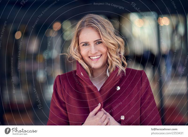 Schöne Frau in rotem Mantel im Freien elegant Stil Glück schön Gesicht Dekoration & Verzierung Erfolg Arbeit & Erwerbstätigkeit Business Unternehmen Karriere