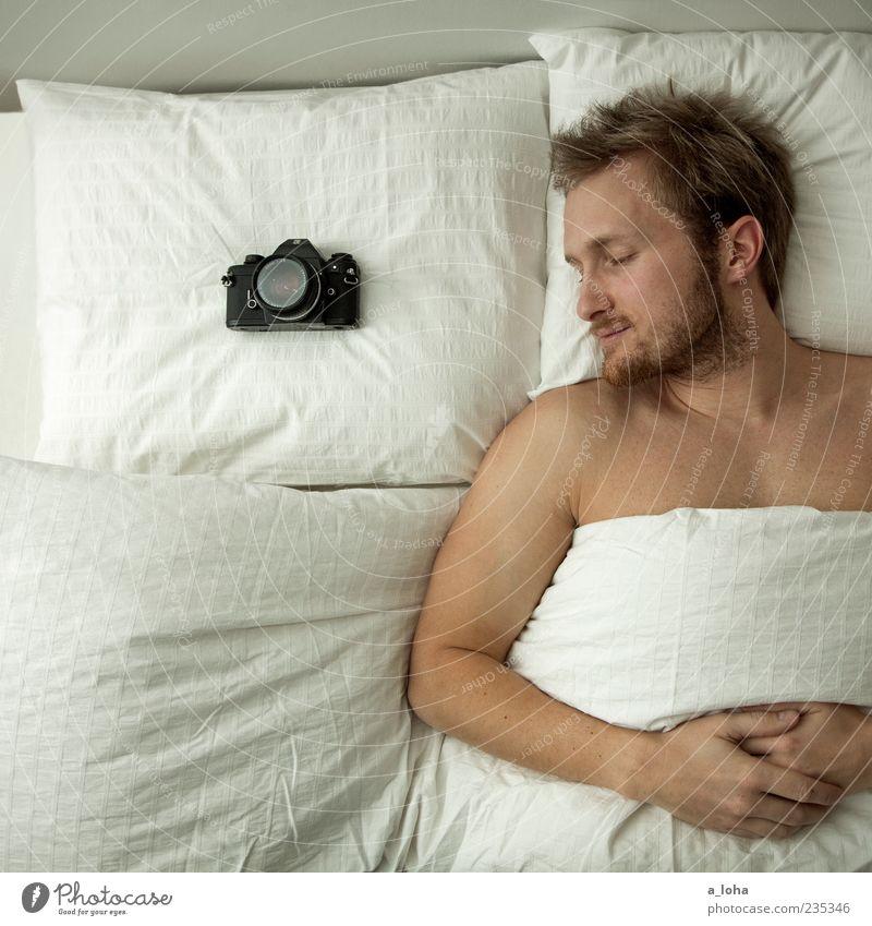 *des photographen große liebe* Erholung Wohnung Bett Schlafzimmer Fotokamera Mensch maskulin Mann Erwachsene 1 blond liegen schlafen weiß Zufriedenheit