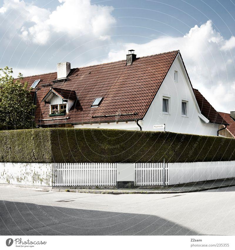 FÜR JALA Haus Garten Natur Himmel Wolken Sträucher Dorf Einfamilienhaus Traumhaus Bauwerk Gebäude Straße ästhetisch eckig einfach Sauberkeit trist Idylle