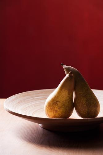 mal wieder schmusen Holz braun Zusammensein Lebensmittel Frucht Tisch Schalen & Schüsseln Birne Blitzlichtaufnahme Holztisch nebeneinander angelehnt Holzschale