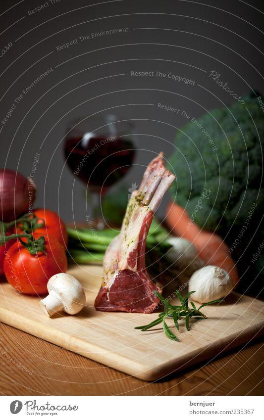 mise en place Lebensmittel Fleisch Gemüse Bioprodukte Gesundheit Lammfleisch Pilz Tomate Rosmarin Möhre Brokkoli Knoblauch Knoblauchknolle Holzbrett Tisch