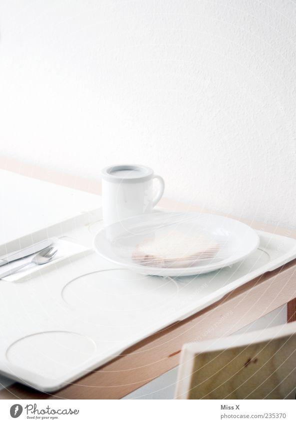 Krankenhausfraß Lebensmittel Ernährung Frühstück Mittagessen Abendessen Diät Getränk Geschirr Teller Tasse Becher Besteck Krankheit Kur Sauberkeit trist weiß