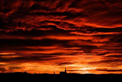 Hernach Himmel Landschaft rot Wolken Ferne schwarz Deutschland orange Horizont Kirche Idylle Skyline Stadtzentrum Dom Kleinstadt Lausitz