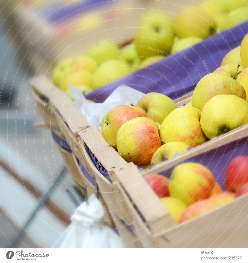 Apfelkisten Lebensmittel Frucht Ernährung Bioprodukte Vegetarische Ernährung frisch lecker saftig sauer süß Obstkiste Wochenmarkt Obstladen Ernte Farbfoto