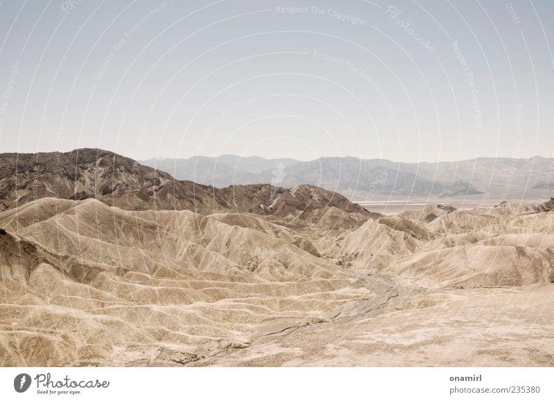 Zabriskie Point - Death Valley Landschaft Erde Sand Wolkenloser Himmel Horizont Wärme Dürre Felsen Schlucht Wüste Unendlichkeit heiß trocken blau braun grau