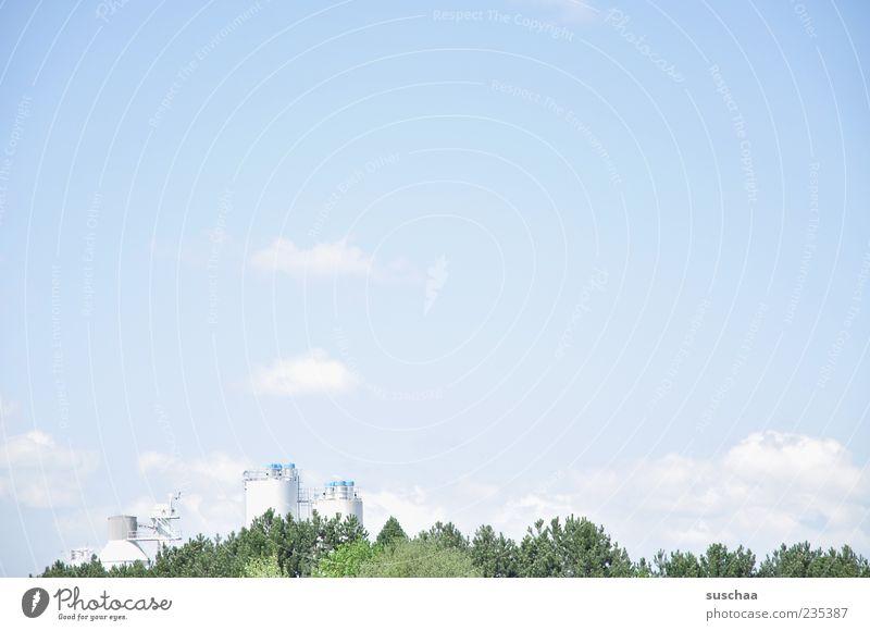 bild mit viel himmel .. Natur Himmel Baum Sommer Wolken Umwelt Industrie Industriefotografie Turm Spitze Baumkrone Industrieanlage Schönes Wetter Silo
