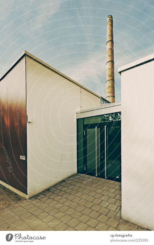 Bauhaus Himmel Sommer Schönes Wetter Menschenleer Industrieanlage Fabrik Bauwerk Gebäude Architektur Mauer Wand Tür Schornstein Klassische Moderne einfach Glas