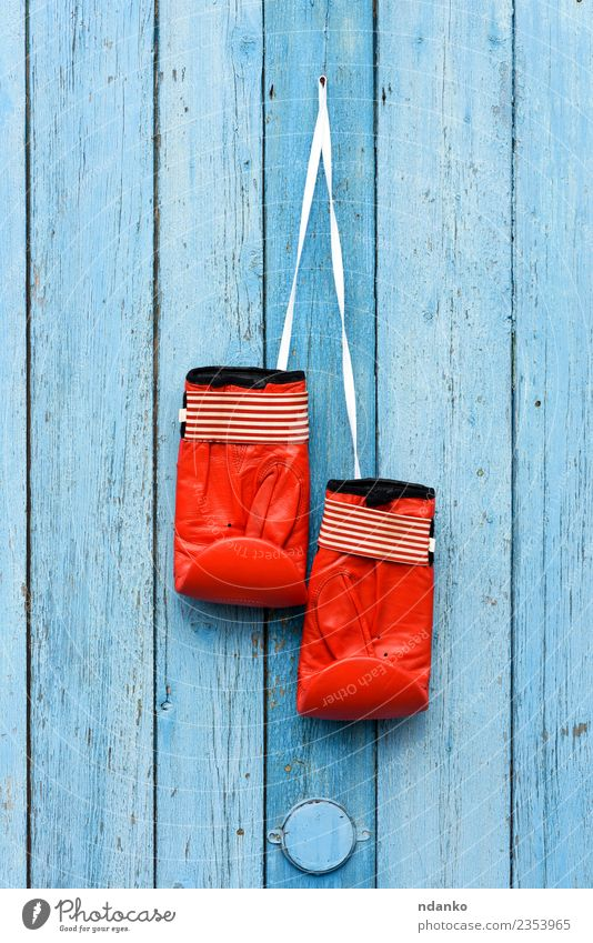 rote Boxhandschuhe aus Leder Sport Erfolg Handschuhe Holz alt hängen retro blau Kraft Idee Schutz Boxsport Armreif erhängen Paar Tür Gerät altehrwürdig Haken