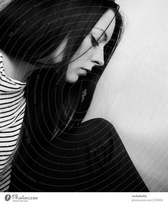 lady jane. feminin 1 Mensch 18-30 Jahre Jugendliche Erwachsene Bekleidung T-Shirt Hose schwarzhaarig langhaarig Scheitel Traurigkeit ästhetisch schön