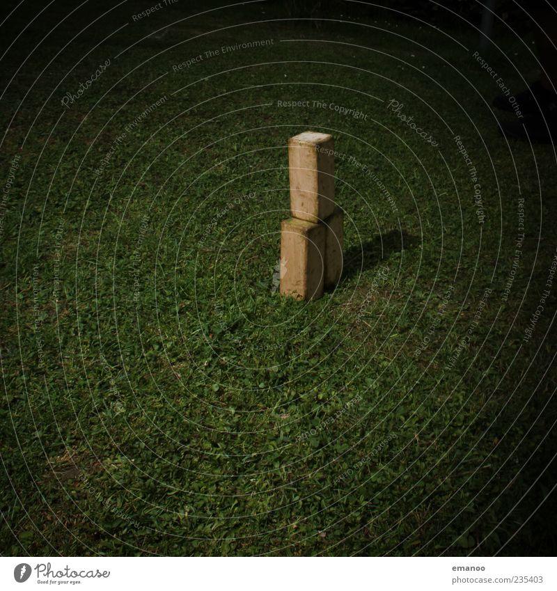 Turmbau vom Kubb Sommer dunkel Wiese Holz Gras stehen werfen Stapel eckig Klotz aufeinander