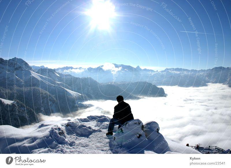 der Sinn des Ganzen Mann weiß Sonne blau Winter Wolken Einsamkeit kalt Schnee Berge u. Gebirge Denken Nebel Aussicht Klettern Gipfel Berghang