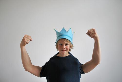 alles gute! Freude Glück Fitness Sport-Training Mensch Junge Kopf Arme Hand 1 blond Lächeln Prinz stark Kraft Krone Macht Stolz Erfolg Muskulatur Faust