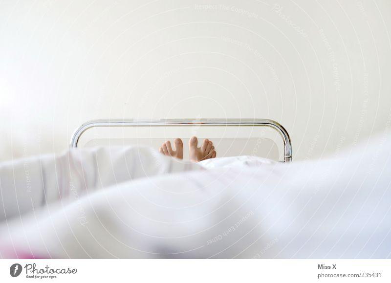 Krankenbett weiß Metall Fuß liegen schlafen Gesundheitswesen Bett Krankheit Schmerz Müdigkeit Krankenhaus Barfuß Zehen Schwäche Patient Erschöpfung