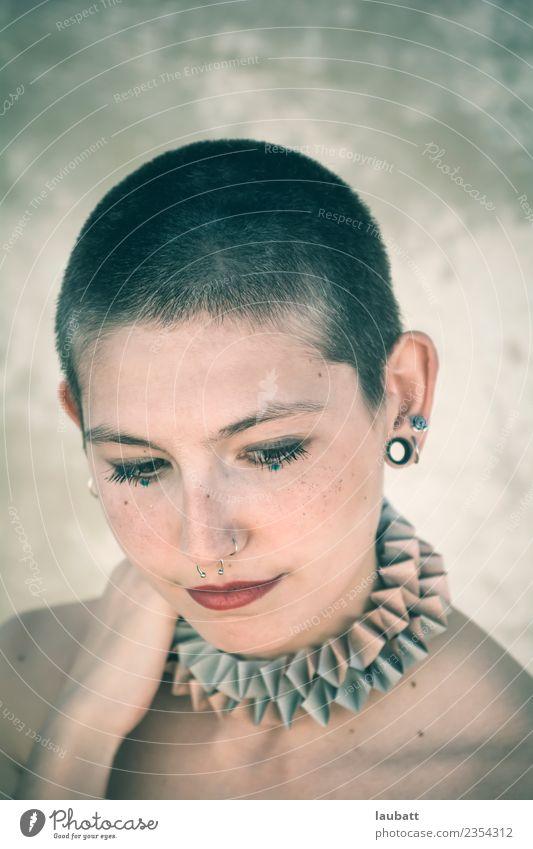 Wenn sie darüber nachdenkt. elegant Stil exotisch Freude schön Körper Haare & Frisuren Haut Gesicht Schminke ruhig Meditation androgyn Junge Frau Jugendliche