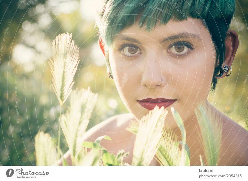 Grüne Sommer Stimmung Freude schön Haut Gesicht Kosmetik Schminke Lippenstift Junge Frau Jugendliche Umwelt Natur Pflanze Weizenfeld Weizenähre Mode Ohrringe