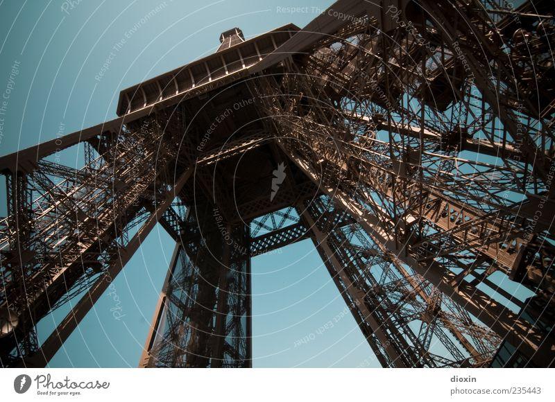 Eiffel Tower High alt blau Architektur braun hoch außergewöhnlich Turm Schönes Wetter Bauwerk Paris Wahrzeichen Frankreich Konstruktion Hauptstadt Sehenswürdigkeit Blauer Himmel