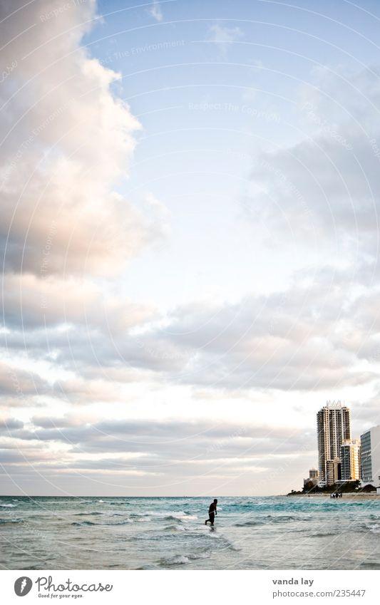 Miami Beach Sportler Joggen Mensch 1 Umwelt Wolken Schönes Wetter Strand Meer Florida USA Haus Hochhaus laufen Einsamkeit Außenaufnahme Textfreiraum oben Abend