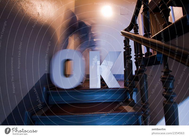 OK (2) Geländer Treppengeländer Haus Mann Mensch alles klar Textfreiraum Treppenhaus Maske Kostüm Wohnhaus Buchstaben Großbuchstabe Aussage begutachten Meinung
