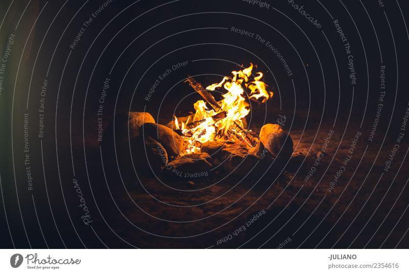 Ferien & Urlaub & Reisen Wald dunkel Wärme Holz Freiheit Feuer Rauch Camping brennen Zelt Feuerstelle reisend Wohnmobil Feuerdorn