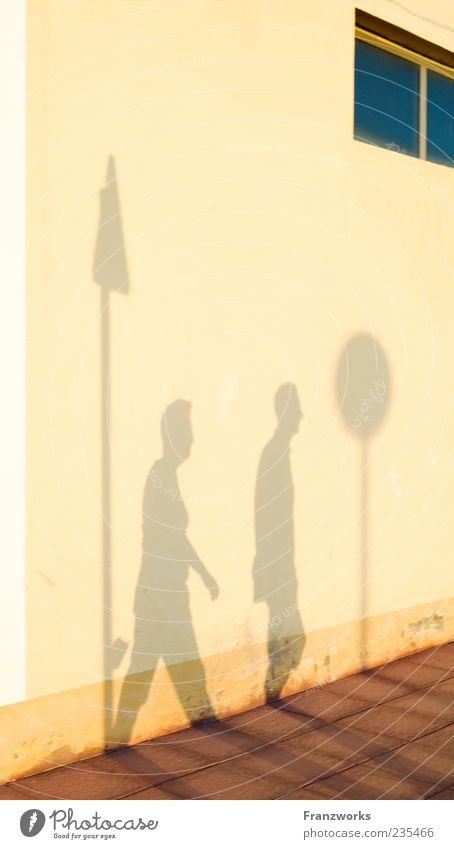 Petra folgt Peter Mensch Erwachsene Fenster Wand gehen laufen Schilder & Markierungen Zeichen Bürgersteig Partner Partnerschaft Fußgänger Verkehrsschild