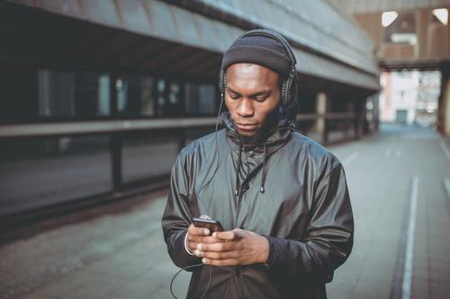 Mensch Ferien & Urlaub & Reisen Jugendliche Junger Mann 18-30 Jahre Lifestyle Denken Ausflug Freizeit & Hobby maskulin Kommunizieren Musik Technik & Technologie
