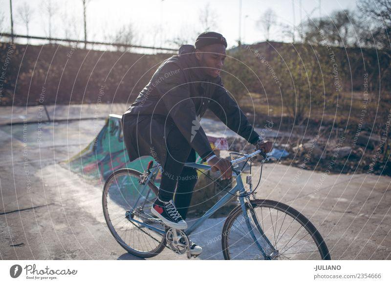 Junger Mann fährt mit dem Fahrrad auf einem städtischen Skatepark. Lifestyle Freizeit & Hobby Ferien & Urlaub & Reisen Ausflug Mensch maskulin Jugendliche