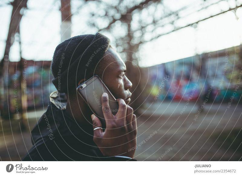 Junger Mann führt ein Gespräch am Telefon. Lifestyle Freizeit & Hobby Ferien & Urlaub & Reisen Ausflug Handy Funktelefon Technik & Technologie