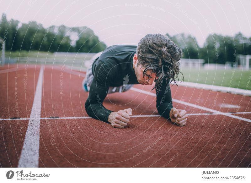 Junger Sportler beim Training Trinkwasser Lifestyle Freude Körper Gesundheit Gesunde Ernährung Gesundheitswesen sportlich muskulös Fitness Leben Wohlgefühl