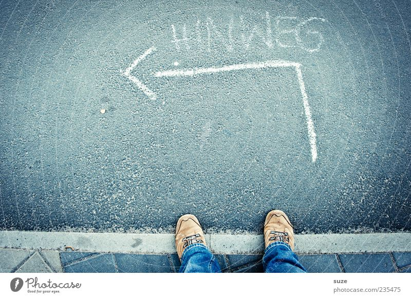 Und los! blau Straße Wege & Pfade Fuß Schuhe warten Schilder & Markierungen Beginn Schriftzeichen Zukunft Boden Suche Symbole & Metaphern Asphalt Pfeil