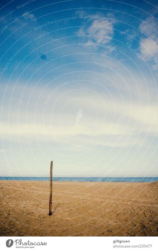 am strand I Umwelt Natur Landschaft Urelemente Sand Wasser Himmel Wolken Schönes Wetter Küste Strand Ostsee Meer ruhig Holzpfahl Pfosten Horizont standhaft