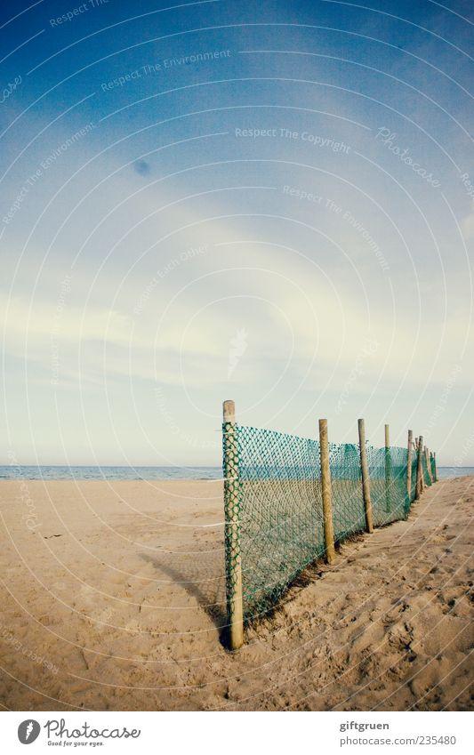 am strand II Umwelt Natur Landschaft Urelemente Sand Wasser Himmel Wolken Horizont Sonnenlicht Sommer Küste Strand Ostsee Meer blau Zaun Barriere Absperrgitter