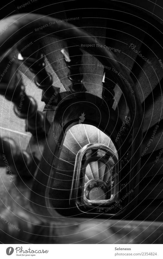 Treppenhaus Häusliches Leben Wohnung Innenarchitektur Treppengeländer Treppenabsatz Treppenturm dunkel Schwarzweißfoto Innenaufnahme Licht Schatten Kontrast