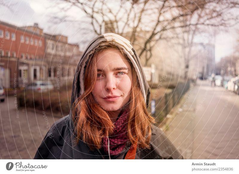 Porträt auf Straße Lifestyle Stil schön Leben Sinnesorgane Ausflug Mensch feminin Junge Frau Jugendliche Erwachsene Gesicht 1 18-30 Jahre Baum Kreuzberg