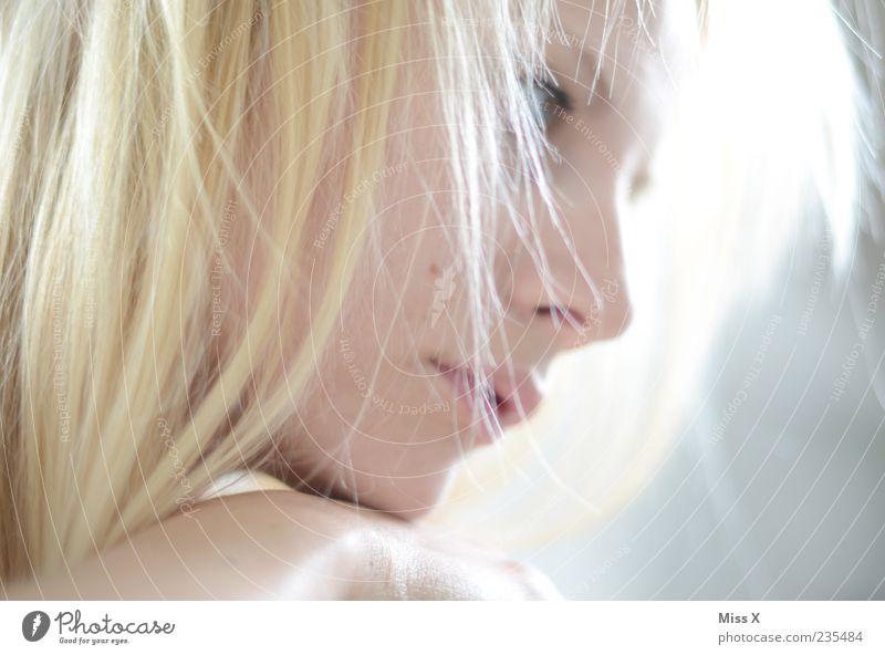 Blonde Mensch Jugendliche schön Gesicht Erwachsene feminin Kopf Haare & Frisuren Denken hell blond warten Junge Frau 18-30 Jahre nachdenklich Beautyfotografie