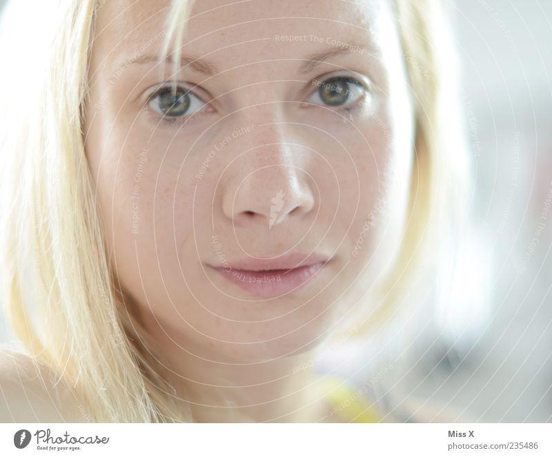 Hell schön Gesicht feminin 1 Mensch 18-30 Jahre Jugendliche Erwachsene Haare & Frisuren blond langhaarig Lächeln hell Farbfoto Licht Schwache Tiefenschärfe