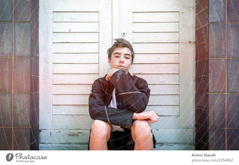 Porträt im sitzen Lifestyle Stil schön Leben Sinnesorgane ruhig Sommer Mensch maskulin Junger Mann Jugendliche Hand 1 13-18 Jahre Mauer Wand Treppe Fassade Tür