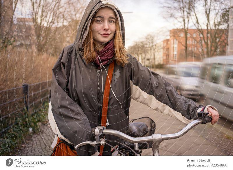 Porträt mit Fahrrad Lifestyle kaufen Stil Leben Freizeit & Hobby Fahrradfahren feminin Junge Frau Jugendliche Erwachsene 1 Mensch 18-30 Jahre Herbst Winter Wind