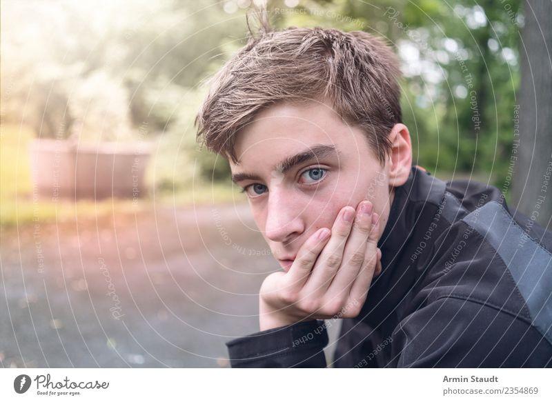 Nachdenklich Lifestyle Sinnesorgane ruhig Mensch maskulin Junger Mann Jugendliche Hand 1 Natur Park sitzen Gefühle Stimmung geduldig Langeweile Traurigkeit