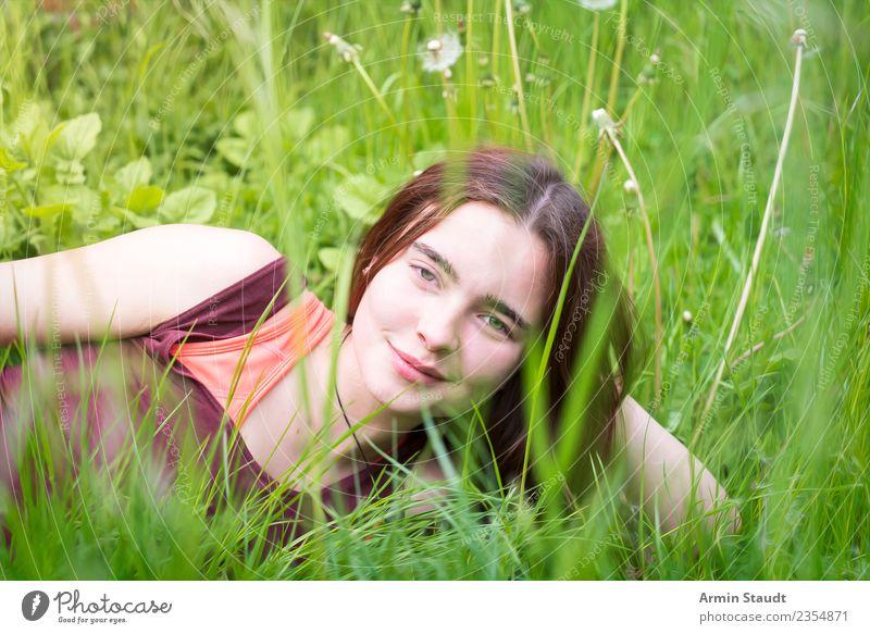 Porträt durch Frühlingswiese Frau Mensch Natur Jugendliche Junge Frau Sommer schön Blume Erholung ruhig Freude Gesicht Erwachsene Leben Lifestyle Wiese