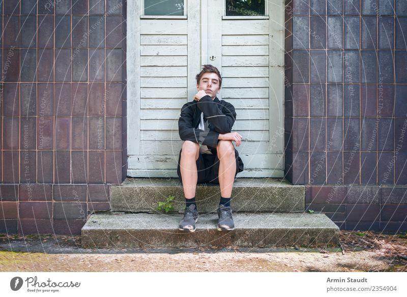 Cool auf Stufen Lifestyle Stil Leben Sinnesorgane ruhig Sommer Mensch maskulin Junger Mann Jugendliche Hand 1 13-18 Jahre Mauer Wand Treppe Fassade Tür