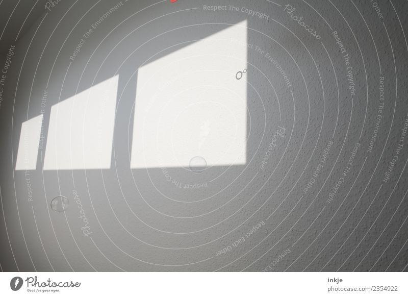 Lichtspiel Schatten Fenster Seifenblase Spielen Farbfoto Kontrast Schattenspiel graphisch eckig Fensterfront Wand hell Menschenleer Raum Innenaufnahme diagonal