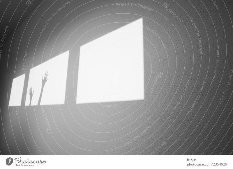 zu Hilfe Hand Fenster Wand Spielen hell Raum Hilfsbereitschaft graphisch eckig Hilferuf diagonal Hilfsbedürftig Flur Hilfesuchend winken gestikulieren