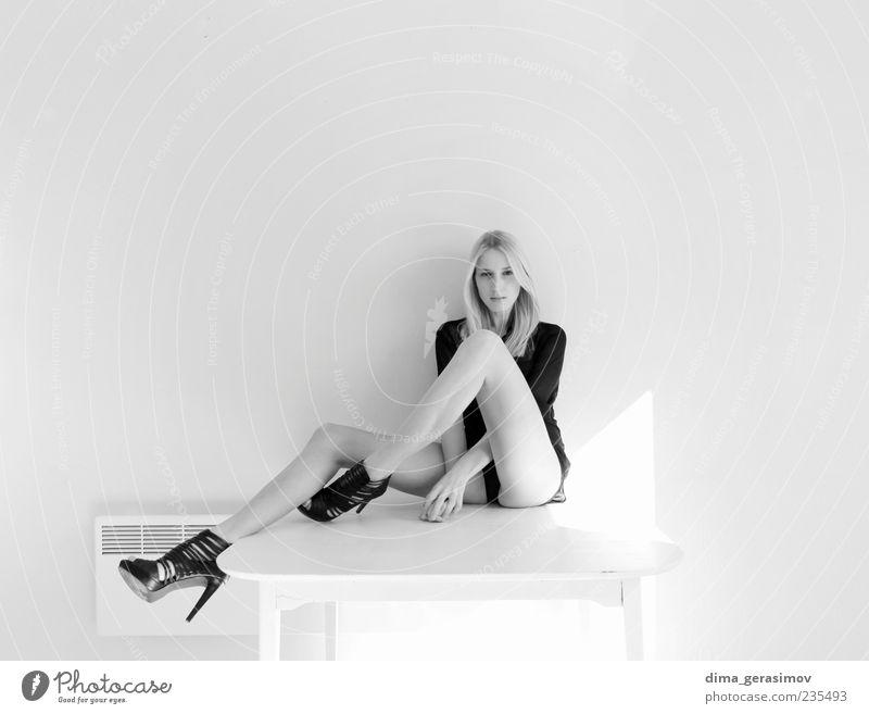 Mensch Frau Jugendliche schön Erwachsene Junge Frau Mode blond Schuhe 18-30 Jahre Fröhlichkeit Bekleidung einzigartig Freundlichkeit rein dünn
