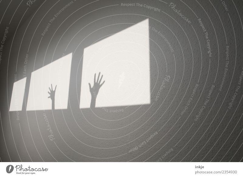 Hilfe Hand Fenster Wand Spielen hell Raum Hilfsbereitschaft graphisch eckig Hilferuf diagonal Hilfsbedürftig Flur Hilfesuchend winken gestikulieren