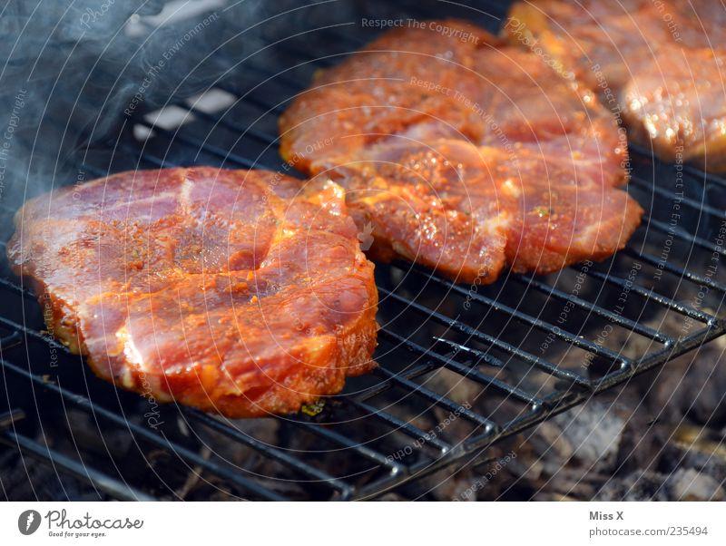 Steaks Fleisch groß lecker saftig durchwachsen Grill Grillen Grillrost Rindfleisch Grillsaison Farbfoto Außenaufnahme Nahaufnahme Menschenleer
