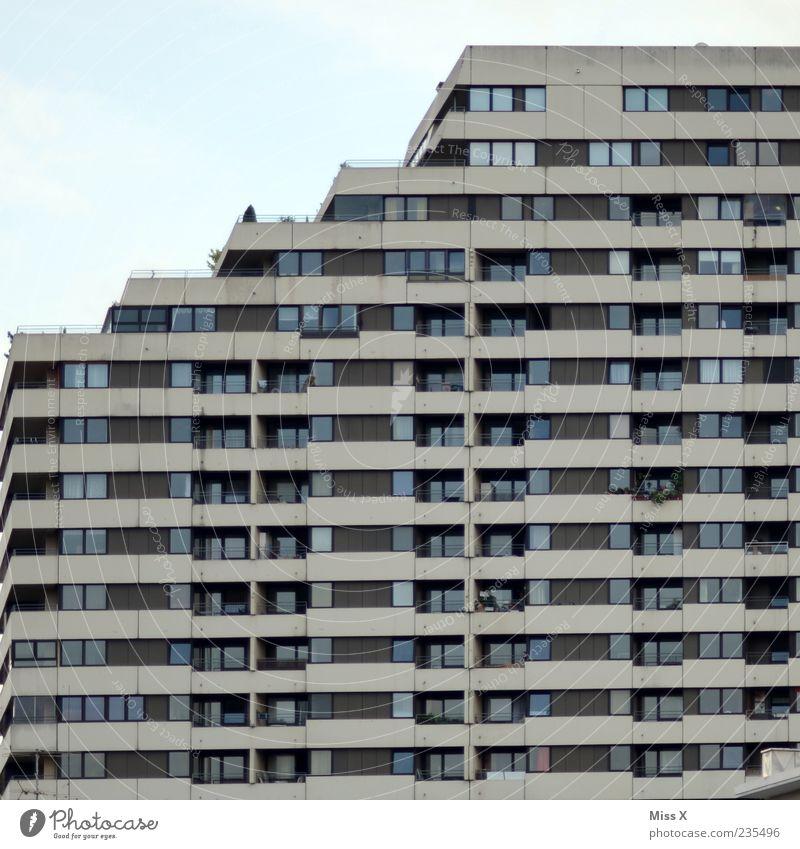 Hoch hinaus Haus Fenster Fassade Hochhaus trist Balkon Plattenbau Gebäude Strukturen & Formen überbevölkert