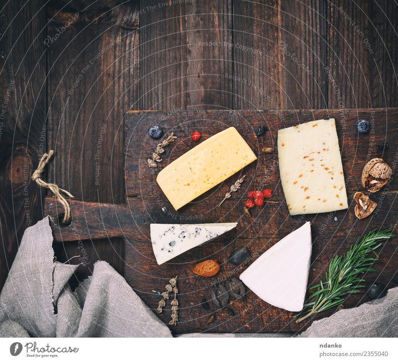 verschiedene Käsesorten Lebensmittel Ernährung Tisch Holz alt Essen blau gelb weiß Holzplatte Brie roquefort Cheddar Verschiedenheit Mahlzeit Snack