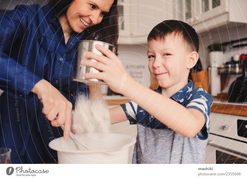 Mutter und Sohn beim Kochen Lebensmittel Mensch Kind Junge Junge Frau Jugendliche Erwachsene Eltern Familie & Verwandtschaft Freude Fröhlichkeit kochen & garen
